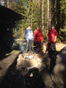 kuvassa  Minna-Liisa ja Jaala, Sanna ja Pilvi ja Hannu ja Ässä Kaarlamnen laavulla.